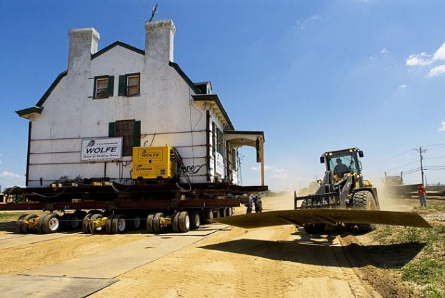 http://buzzpicturez.files.wordpress.com/2011/05/big_houses_moving_640_18.jpg